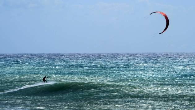 Australischer Kitesurfer fiel Hai zum Opfer (Bild: APA/AFP/OLIVIER MORIN (Symbolbild))