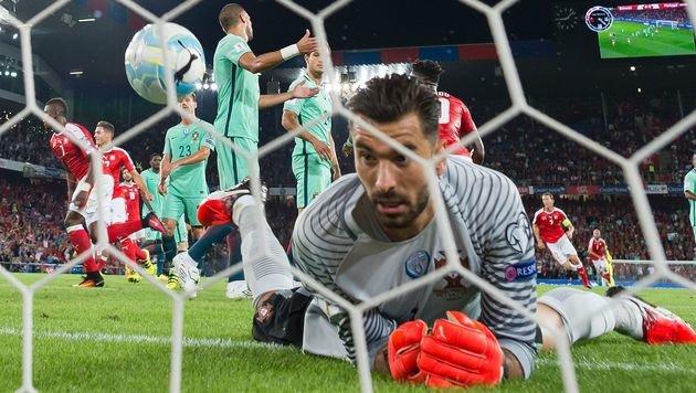 Da kullert der Ball im Tor - und Portugal-Goalie Rui Patricio schaut verdutzt! (Bild: AFP)