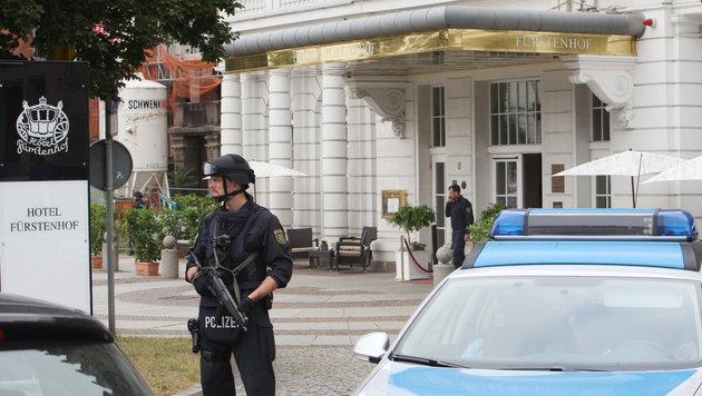 Schwer bewaffnete Polizisten umstellten auch noch in den frühen Morgenstunden das Hotel. (Bild: APA/dpa-Zentralbild/Sebastian Willnow)