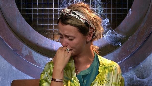"""""""Spatzi"""" bricht nach den harten Worten von """"Mörtel"""" in Tränen aus. (Bild: Sat.1)"""