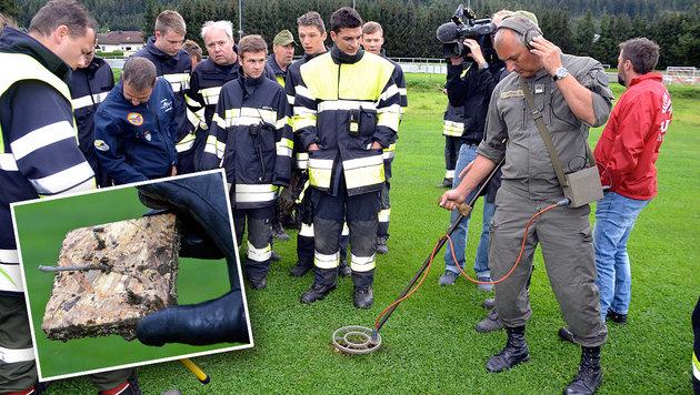 Mit Metalldetektoren wurde der Flugplatz am Dienstag abgesucht und wieder eine der Fallen gefunden. (Bild: Heinz Weeber)