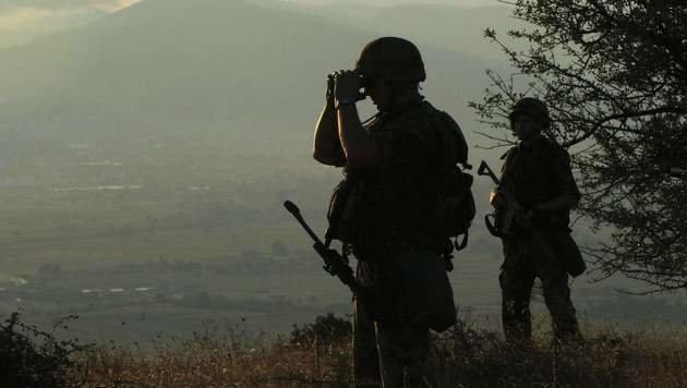 Serbische Grenzsoldaten beobachten mögliche Ausweichrouten der Flüchtlinge. (Bild: APA/AFP/SASA DJORDJEVIC)