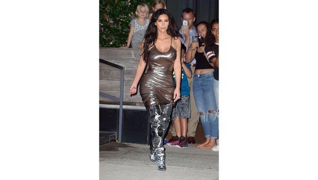 Oben ohne und ohne Geschmack: Was hat sich Kim Kardashian bei diesem Look nur gedacht? (Bild: Viennareport)