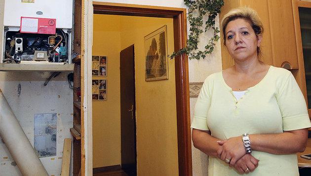 Kamin abgerissen und zugemauert: Seit Wochen haben Milena S. und ihre Kinder kein Warmwasser mehr (Bild: Peter Tomschi)
