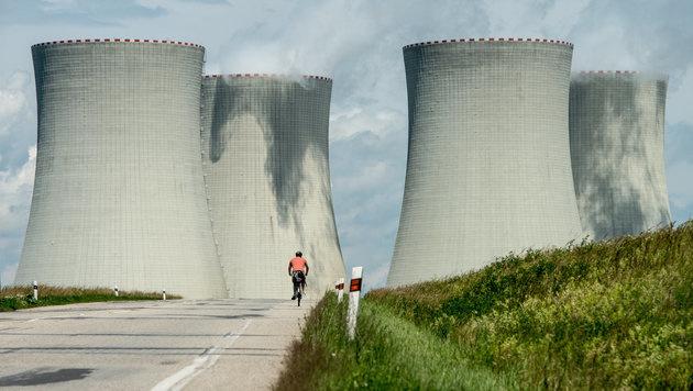 Ein Radfahrer vor den Kühltürmen des Atomkraftwerks Temelin (Bild: dpa/Armin Weigel)