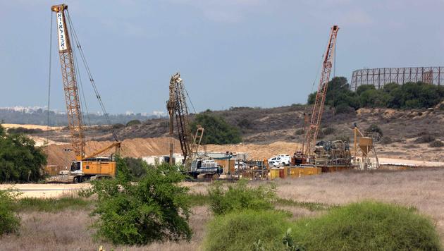 Die israelischen Bauarbeiten an der Grenze zum Gazastreifen haben bereits begonnen. (Bild: APA/AFP/Menahem Kahana)