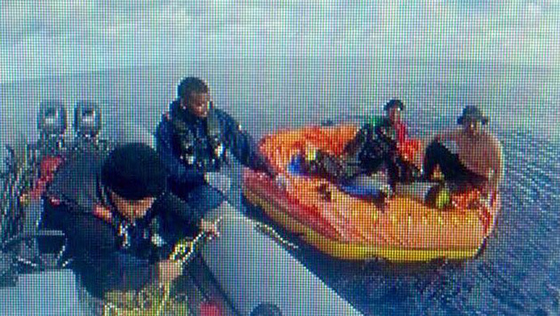 Die beiden Männer wurden nach zwei Tagen im Ozean gerettet. (Bild: Twitter/Juan J. Castellanos)