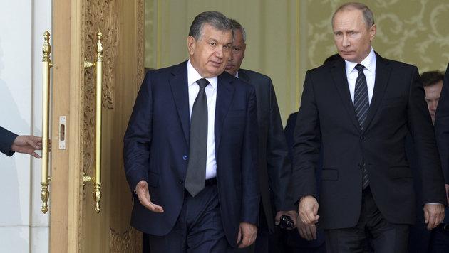 Mirsijojew (links im Bild) ist Kremlchef Putin ähnlich wohlgesinnt wie der verstorbene Karimow. (Bild: ASSOCIATED PRESS)