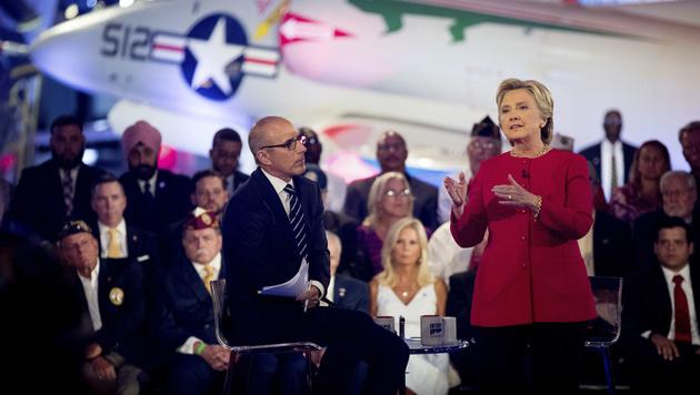 Hillary Clinton bei einem TV-Forum (Bild: AP)