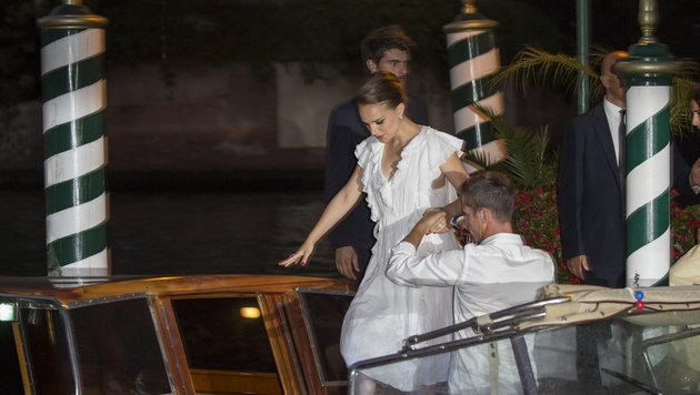 Die schwangere Natalie Portman besteigt ein Wassertaxi in Venedig. (Bild: Viennareport)