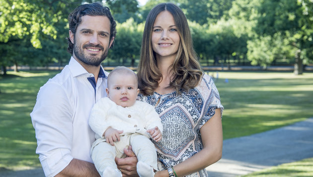 Schwedens Prinz Carl Philip mit Prinzessin Sofia und Baby Alexander (Bild: Foto Kate Gabor, Kungahuset.se / Photo Kate Gabor, The Royal Cou)