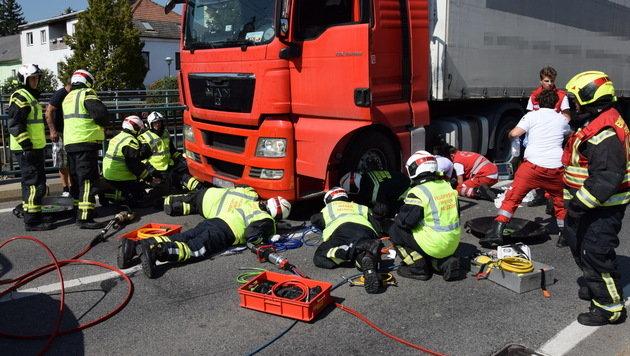 64-Jährige überrollt und unter Lkw eingeklemmt (Bild: Michael Biegler/Freiwillige Feuerwehr Wiener Neudorf)