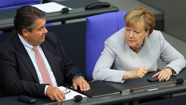 Merkel gerät nun auch ins Visier von Koalitionspartner SPD (im Bild Parteichef Gabriel). (Bild: APA/AFP/dpa/WOLFGANG KUMM)