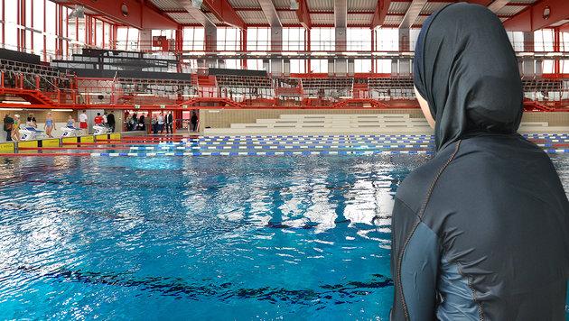 Burkini-Trägerin musste Schwimmbecken verlassen (Bild: APA/AFP/PASCAL POCHARD-CASABIANCA, APA/HERBERT NEUBAUER)