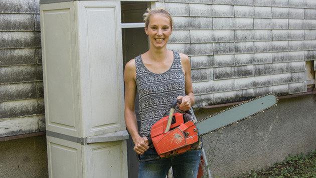 Nicole Kieslinger (27) mit der Motorsäge, die der Dieb erbeutet hatte (Bild: Jack Haijes)