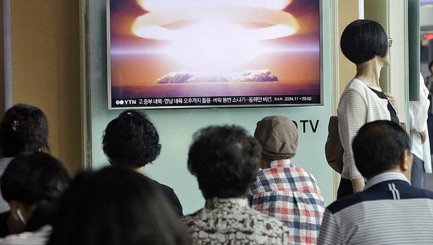 Besorgte S�dkoreaner verfolgen in Seoul einen TV-Bericht �ber den nordkoreanischen Atomtest. (Bild: AP)
