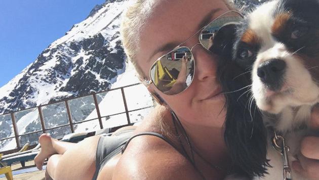 Lindsey Vonn findet zwischen den Ski-Trainings Zeit, im Bikini mit ihrem Hunderl zu relaxen. (Bild: Instagram)