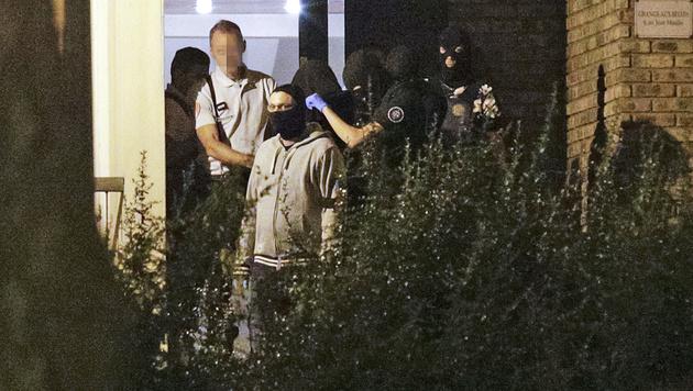 Eine der drei festgenommenen Frauen wird von der Polizei abgef�hrt. (Bild: AFP)