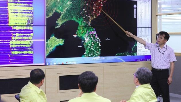 Ein s�dkoreanischer Beamter zeigt auf einer Karte, wo sich die Detonation ereignete. (Bild: APA/AFP/YONHAP)