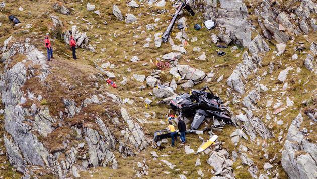 Die Absturzstelle im steilen Gelände mit Wrackteilen des Hubschraubers (Bild: APA/EXPA/JFK)