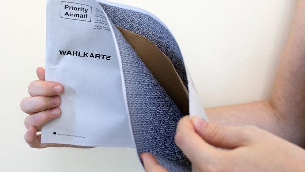 Bei dieser Wahlkarte löste sich der Kleber des Kuverts nach der Stimmabgabe. (Bild: APA/GEORG HOCHMUTH)