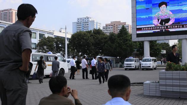 """Menschen in Pj�ngjang werden vom staatlichen Fernsehen �ber den """"erfolgreichen Test"""" unterrichtet. (Bild: AP)"""