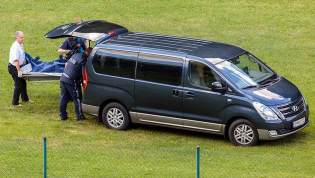 Der Leichnam von Kunstflugpilot Hannes Arch wird abtransportiert. (Bild: APA/EXPA/JFK)