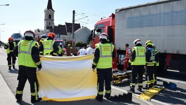 64-J�hrige �berrollt und unter Lkw eingeklemmt (Bild: Michael Biegler/Freiwillige Feuerwehr Wiener Neudorf)