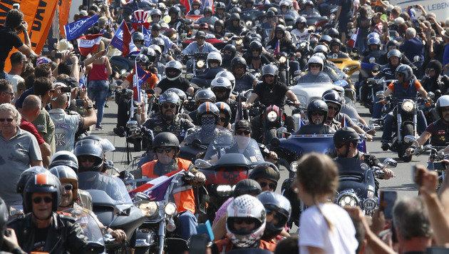 10.000 Biker bei Harley-Parade in Kärnten (Bild: APA/GERT EGGENBERGER)