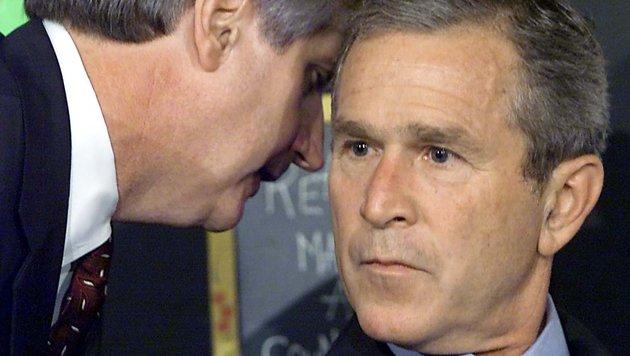 Der Moment, in dem US-Präsident George W. Bush von den Anschlägen informiert wird (Bild: APA/AFP/AFP FILES/PAUL J. RICHARDS)