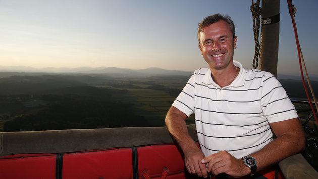 Ende August ging Hofer samt Journalisten mit einem Hei�luftballon in die L�fte. (Bild: APA/ERWIN SCHERIAU)