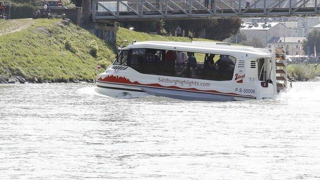Die Testfahrt mit dem Amphibienbus auf der Salzach ist geglückt. (Bild: MARKUS TSCHEPP)