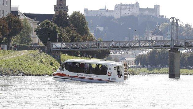Der Amphibienbus vor der Kulisse der Salzburger Altstadt und der Festung (Bild: MARKUS TSCHEPP)