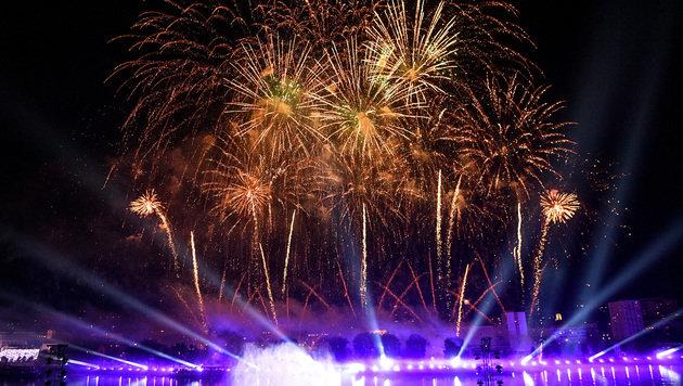 Lichtermeer und Feuerwerk zum Finale (Bild: APA/WERNER KERSCHBAUMMAYR)