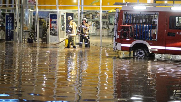 Die Feuerwehr hatte zunächst kaum eine Chance, die Wassermassen zu bekämpfen. (Bild: APA/ZEITUNGSFOTO.AT)