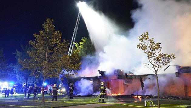 Das Restaurant brannte bis auf die Grundmauern nieder. (Bild: APA/BFKD NEUSIEDL AM SEE)
