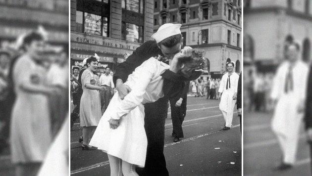 Berühmtes Kussfoto: Frau war Jüdin aus Österreich (Bild: AP/U.S. Navy/Victor Jorgensen)