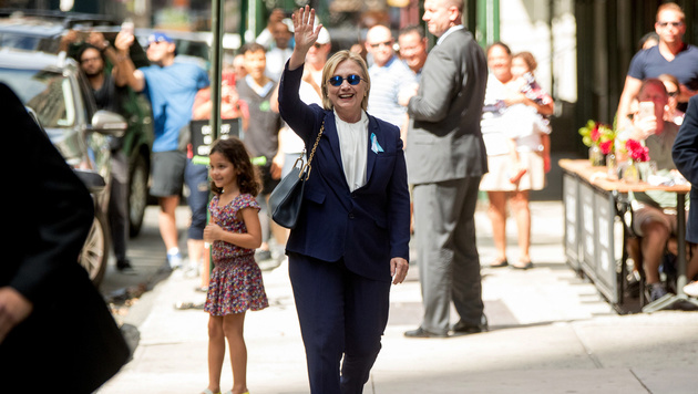 Clinton kehrt am Donnerstag in Wahlkampf zurück (Bild: AP)