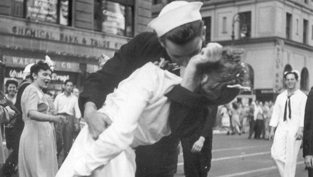 Frau von weltbekanntem Kussfoto gestorben (Bild: AP)