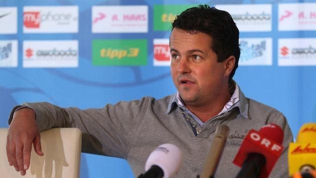 Grödig-Boss Christian Haas wurde von gewaltbereiten Austria-Fans zu Boden gestoßen. (Bild: Andreas Tröster)