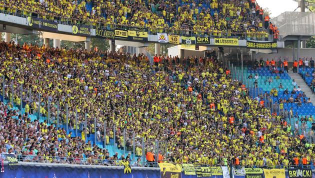 RB Leipzig zwang BVB-Fans, ihre Trikots ausziehen (Bild: GEPA)