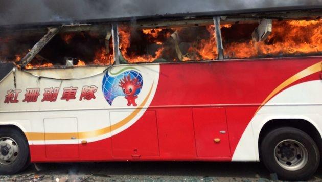 Taiwan: Busfahrer riss Reisegruppe mit in den Tod (Bild: APA/AFP/TAOYUAN CITY FIRE DEPARTMENT)