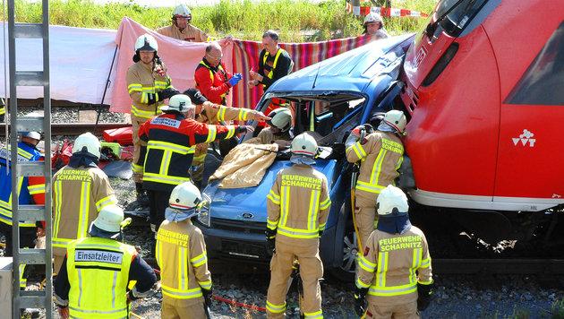 Die Rettungskräfte von Feuerwehr und Notarzt bargen die Verletzten. (Bild: APA/ZEITUNGSFOTO.AT)