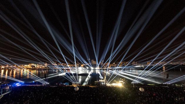 100.000 Zuschauer str�mten zur Linzer Klangwolke (Bild: APA/WERNER KERSCHBAUMMAYR)