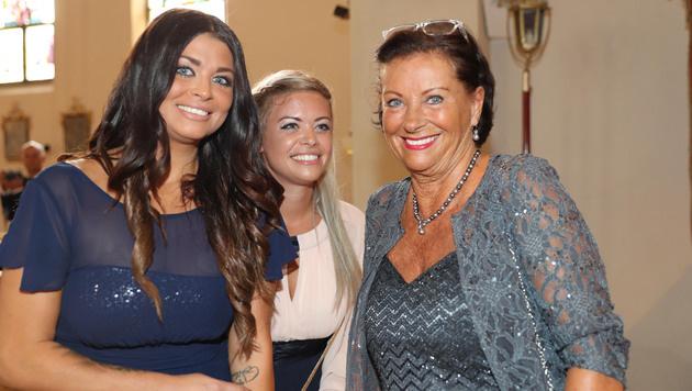 Familie Schranz im Glück: Mama Evelyn und die Schwestern Christiane und Kathi freuten sich für Anna. (Bild: KRISTIAN BISSUTI)