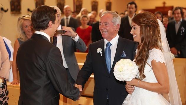 Der stolze Papa: Karl Schranz führte Tochter Anna zum Altar. (Bild: KRISTIAN BISSUTI)
