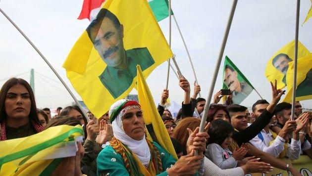 Kurden demonstrieren in Köln für die Freilassung ihres Anführers Abdullah Öcalan. (Bild: APA/AFP/dpa/Oliver Berg)