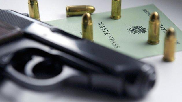 Polizisten dürfen künftig privat Waffen tragen (Bild: APA/Hans Klaus Techt)