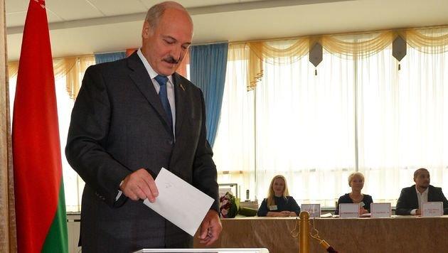 """Der """"letzte Diktator Europas"""", Alexander Lukaschenko, beim Urnengang (Bild: APA/AFP/MAXIM MALINOVSKY)"""