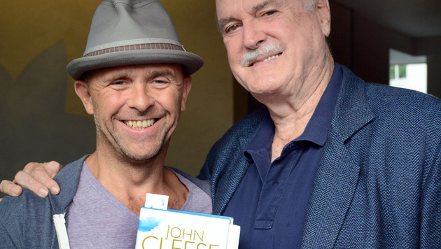 """Cleese las mit Gossner aus seiner Autobiografie """"Wo war ich nochmal?"""". (Bild: FISCHER ANDREAS)"""